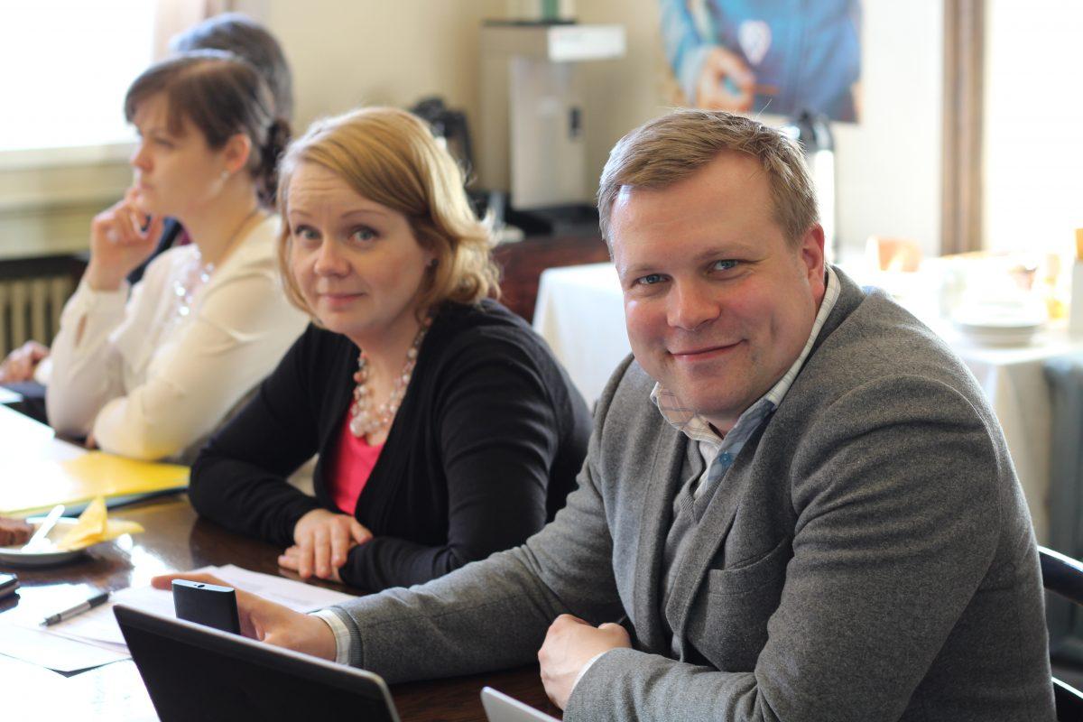 KD eduskuntaryhmän poliittinen sihteeri Markus Kalmi (oik) siirtyy huhtikuun alusta ryhmän ts. pääsihteeriksi. Sonja Falk (vas.) siirtyy puolestaan maaliskuun alussa toisen työnantajan palvelukseen.