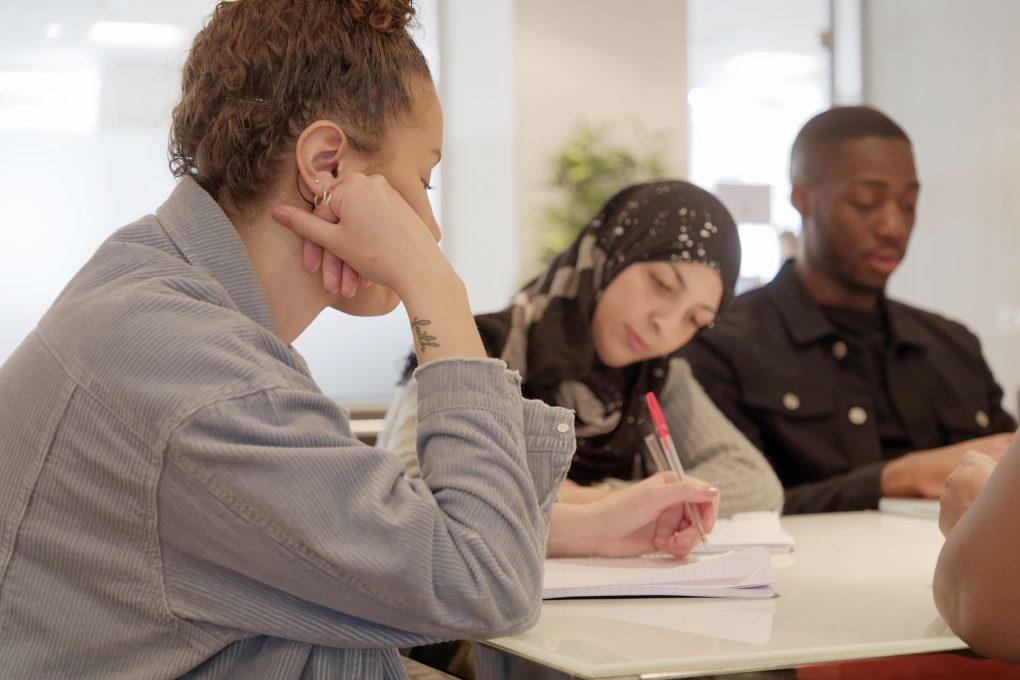 KD:n lakialoite esittää kielilisää työmarkkinatukeen, jotta maahanmuuttajien työllistymiseen saadaan kannustin
