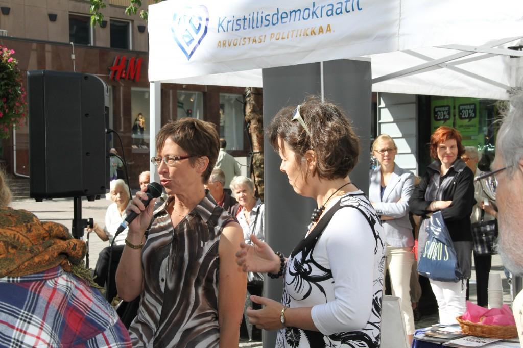 Sari Essayah haastateltavana Jyväskylässä kävelykadulla