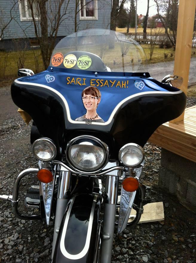 Kampanjoida voi monella eri tyylillä. Kokkolalainen Gospel Riders -aktivisti Reijo Ruotsalainen keksi teipata moottoripyöränsä.